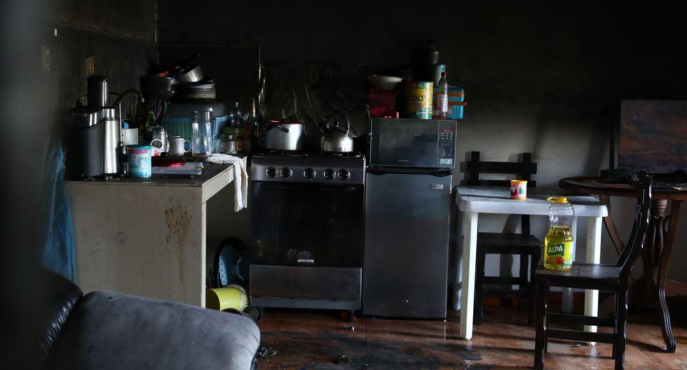 Tejeda pidió auxilio por casi una hora, mientras su pareja la atacaba. Las huellas de su intento por salvarse permanecen en la cocina. (Alessandro Currarino/ El Comercio)