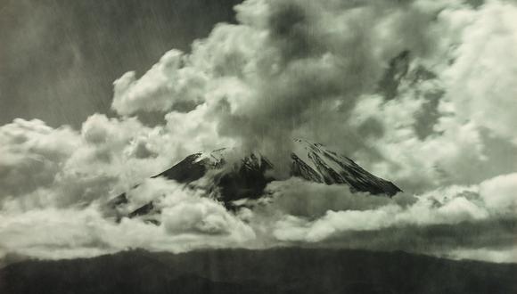 Visión entre nubes del imponente Misti en imagen de fines de la década del 20. Investigación de Jorge Villacorta y Andrés Garay nos devuelve a un fotógrafo absolutamente distinto en la tradición de la fotografía arequipeña. (FOTO: Guillermo Montesinos Pastor)