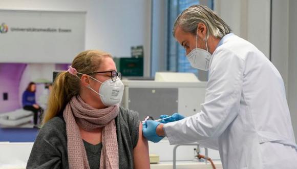 Muchos europeos han manifestado dudas respecto a las vacunas. (GETTY IMAGES)