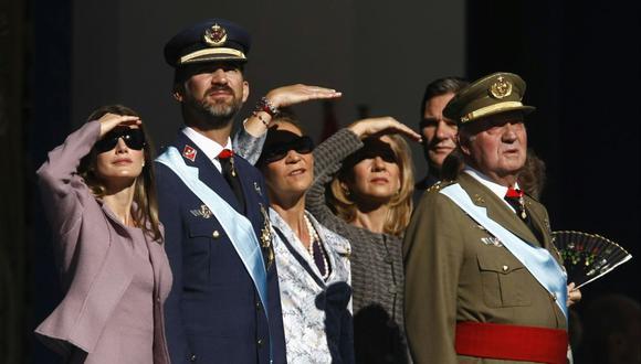 Miembros de la familia real española (de izquierda a derecha) Letizia, el rey Felipe, la infanta Elena, la infanta Cristina y el exrey Juan Carlos se ven un desfile militar durante el Día Nacional de España, en Madrid, el 12 de octubre de 2009. (REUTERS/Dani Cardona).