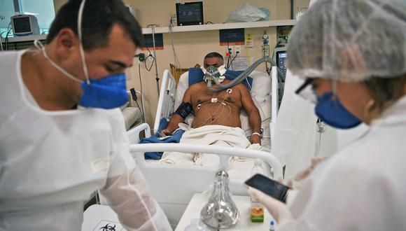 Un paciente de coronavirus COVID-19 es tratado en el hospital Oceanico en Niteroi, en Río de Janeiro, Brasil, el 22 de junio de 2020. (Foto de CARL DE SOUZA / AFP).