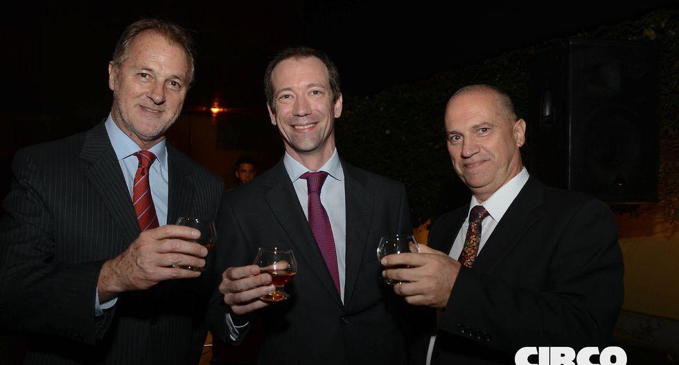 Jorge Muñoz junto al managing director de Pernod Ricard Pierre Aymeric Du Cay, y el embajador de Cuba en Perú Sergio González.