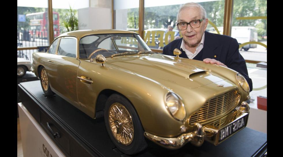 Esta maqueta a escala 1:3 del Aston Martin DB5 ha sido creada para celebrar los 50 años de Goldfinger, famosa película de la saga de James Bond. Esta firmado por Sir Ken Adam (foto), autor de los distintos artilugios del coche en la pel&iac