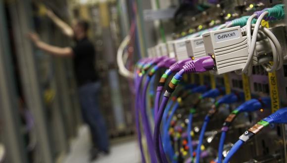 """En específico, este proyecto plantea que """"los proveedores de acceso a Internet de banda ancha garanticen el 90% de las velocidades ofrecidas en su publicidad y en los contratos suscritos con los usuarios, sean estos postpago, control, prepago u otras"""". (Foto: Bloomberg)"""