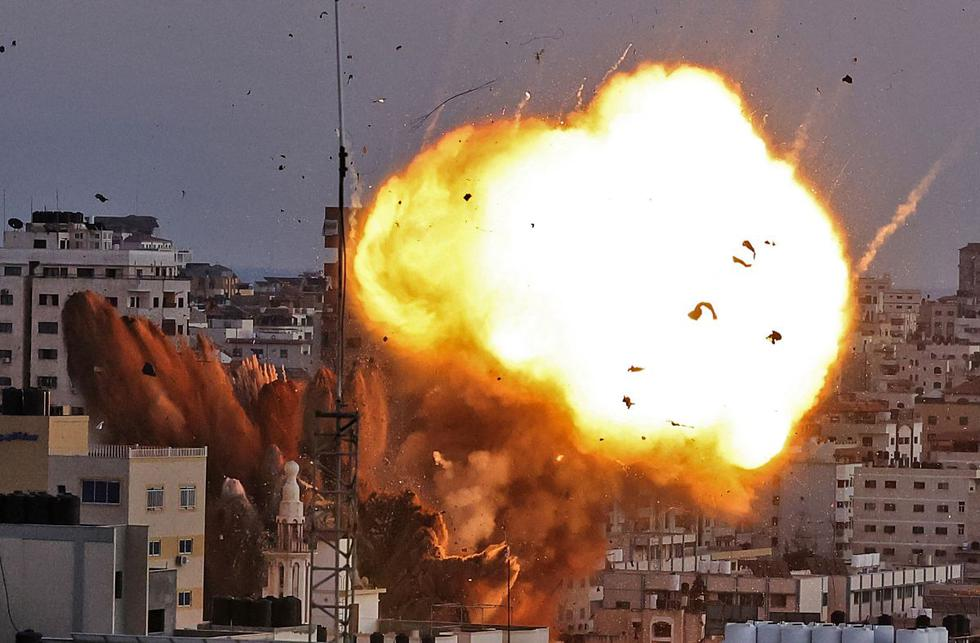 Ondas de humo y una bola de fuego después de que un ataque aéreo de Israel en la ciudad de Gaza tuviera como objetivo el complejo de Ansar, vinculado al movimiento Hamas. (Foto de MAHMUD HAMS / AFP).