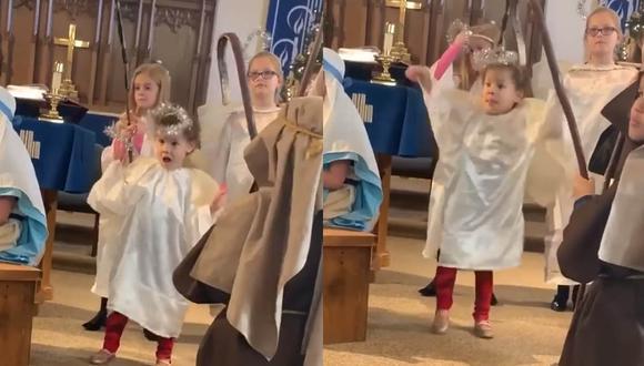 La pequeña se robó las miradas y aplausos durante la representación de un pesebre. | Foto: eonlinelatino
