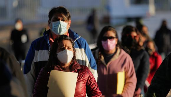 Docentes y personal escolar hacen cola para recibir una dosis de la vacuna contra el coronavirus CanSino, durante un programa de vacunación masiva en la Universidad Autónoma de Coahuila, en Arteaga, México, el 20 de abril de 2021. (REUTERS/Daniel Becerril).