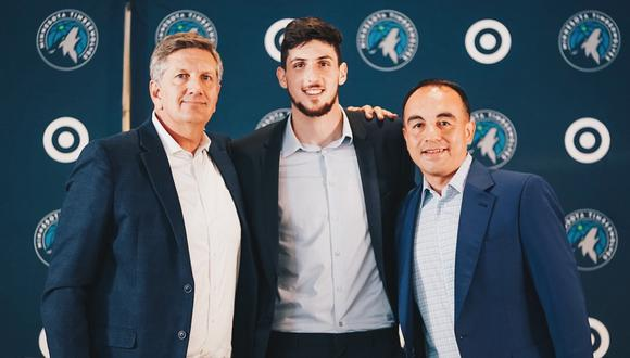 Chris Finch (izquierda), Leandro Bolmaro (centro) y Gerson Rosas (derecha) posan tras la presentación del argentino en Timberwolves
