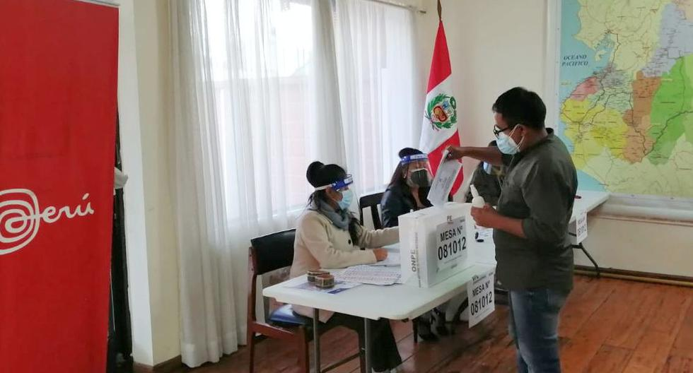En total, 997,033 peruanos están habilitados para sufragar en el extranjero en esta segunda vuelta de las elecciones 2021 que disputan Keiko Fujimori (Fuerza Popular) y Pedro Castillo (Perú Libre). En la imagen, un ciudadano peruano emite su voto en Ecuador en los comicios del 11 de abril. (Foto: Twitter Cancillería)