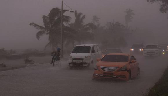 Fotografía del intenso oleaje que se registra hoy en la avenida del malecón, durante el paso de la tormenta tropical Elsa en Santo Domingo (República Dominicana). (EFE/ Orlando Barría).