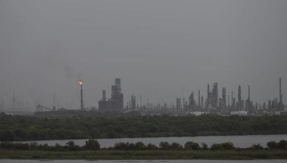 Una refinería de gas soporta la primera lluvia del huracán Laura en Lake Charles, Louisiana el 26 de agosto de 2020. (Foto de ANDREW CABALLERO-REYNOLDS / AFP).
