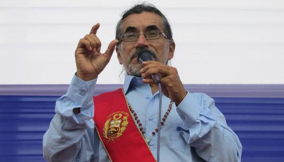 Mandatario ancashino azuzó a decenas de invasores para que agregan a periodistas. (Foto: Laura Urbina / El Comercio)