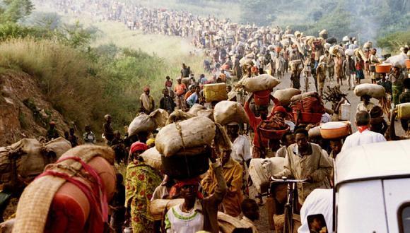 Refugiados huyen de las matanzas de Ruanda y se dirigen hacia Tanzania. Imagen de 1994. (REUTERS).