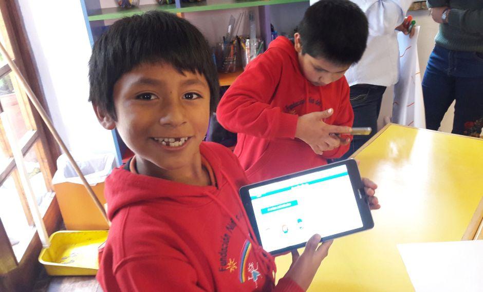 Educación Digital. Uno de los alumnos de la Fundación Niños del Arcoiris de Urubamba, Cusco.