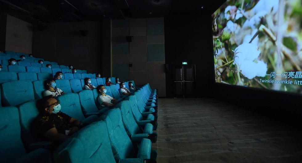 El Ministerio de la Producción aprobó este miércoles los protocolos sanitarios para el reinicio de las actividades económicas de cines y gimnasios a nivel nacional. (Foto: AFP)