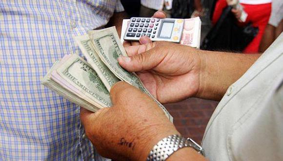 Dólar cierra estable en S/.2,812 por flujos contrapuestos