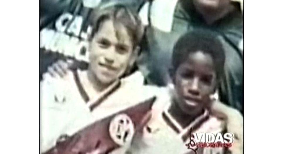 Imagen inédita del cantante Luisito Sánchez (ex Skándalo) y Jefferson Farfán, cuando eran niños y jugaban en Municipal. FOTO: CAPTURA DE TV PROGRAMA VIDAS SECRETAS.