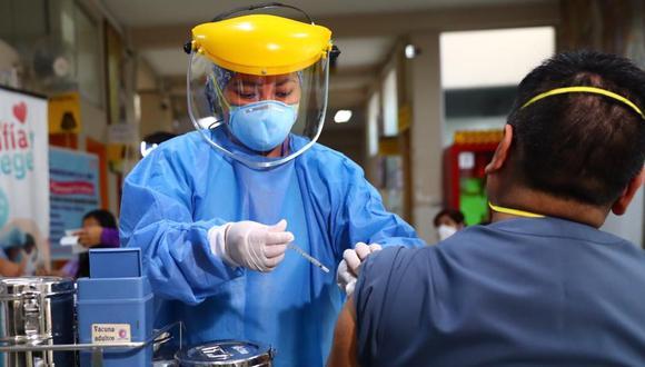 Altos funcionarios del Estado recibieron la vacuna antes que los médicos peruanos. (Foto: Hugo Curotto)