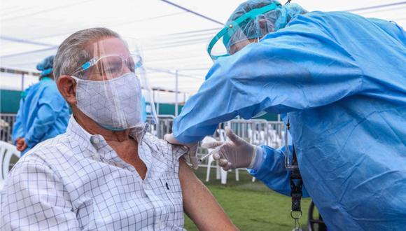 Si tienes entre 70 y 79 años, ya puedes consultar cuándo recibirás la primera dosis de la vacuna en la página Pongo el hombro por el Perú (Foto: Andina)