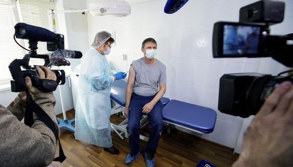 Un trabajador médico ruso administra una inyección de la vacuna contra el coronavirus Sputnik V de Rusia, frente a miembros de los medios de comunicación en un hospital en Vladivostok, Rusia. (AP/ Aleksander Khitrov)