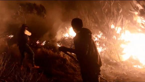 El fuego inició ayer, al promediar las 10:00 horas, en los cerros de la comunidad de Andayaque. Las llamas ya arrasaron más de 300 mil plantaciones de pino y animales como ratones andinos, tarucas, entre otros. (Foto: Región Policial Cusco)