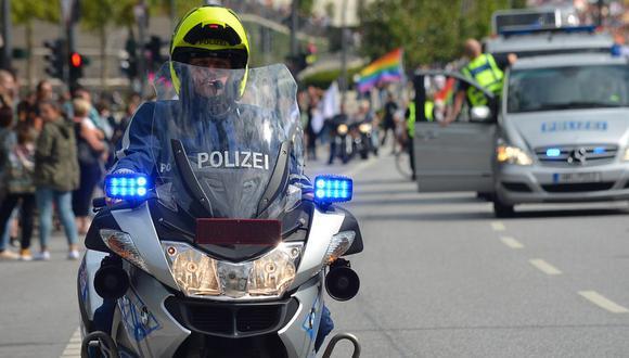 Un policía aplicó un singular castigo a tres jóvenes que viajaban sin casco en una moto lineal | Foto: Pixabay / fsHH