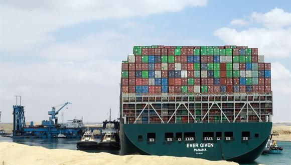 Remolcadores egipcios intentan sacar el buque portacontenedores Ever Given varado en el Canal de Suez. (Foto: EFE / EPA / KHALED ELFIQI).
