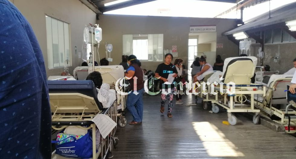 Pacientes de emergencia en el hospital María Auxiliadora se encuentran hacinados. Algunos son atendidos en los pasillos del centro de salud. (Foto: El Comercio)