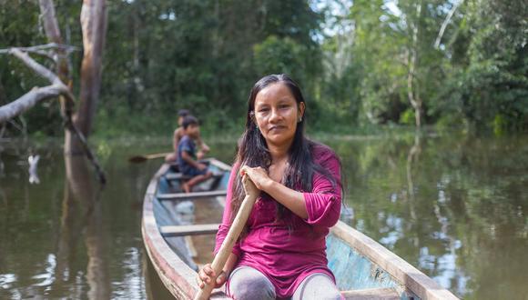 Liz Chicaje Churay navega en un río en la Amazonía peruana. Foto: Goldman Environmental Prize.