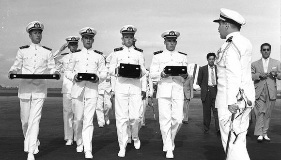 La tarde del viernes 21 de marzo de 1958, los cuatro cadetes de la Marina, entre los que estuvo Fernando Grau Umlauff (bisnieto del héroe, que en la foto es el tercero de izquierda a derecha), llegaron al aeropuerto de Limatambo junto a los restos humanos y las reliquias de Almirante Miguel Grau. (Foto: Archivo Histórico El Comercio)
