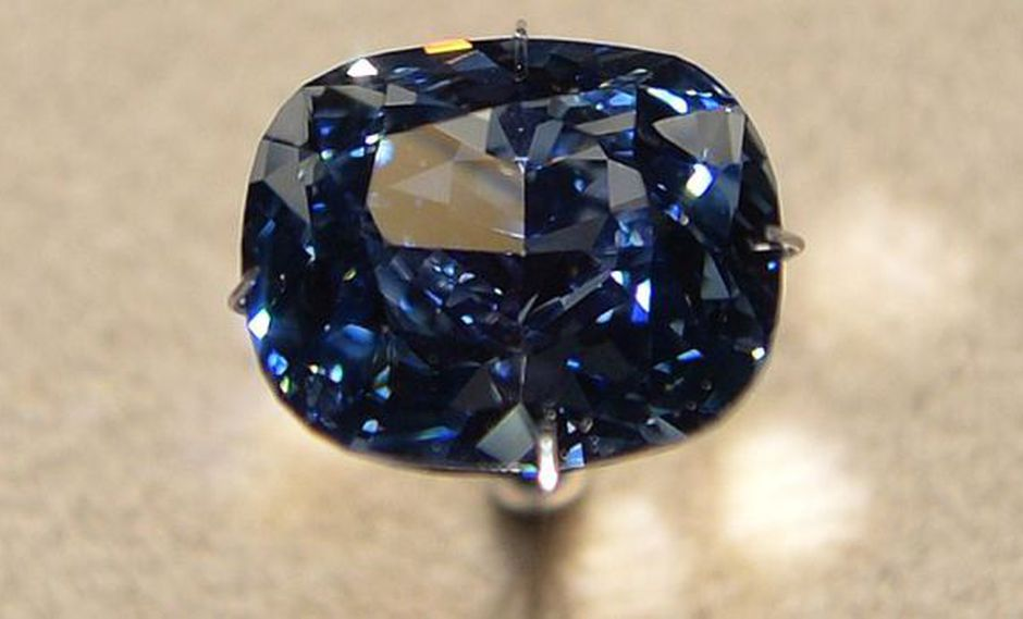 "Diamante ""Blue Moon"" subastado a precio récord de US$43 mlls."