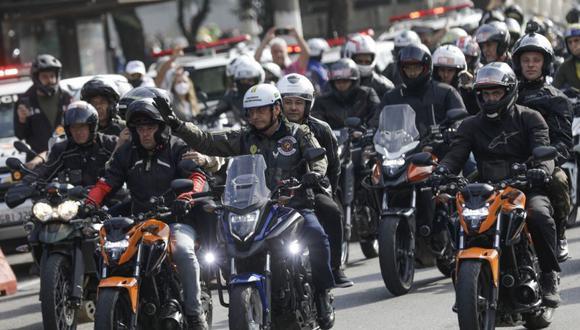 El presidente de Brasil, Jair Bolsonaro, en el centro, saluda mientras encabeza una caravana de entusiastas de las motocicletas que lo siguen por las calles de la ciudad, en una muestra de apoyo a Jair Bolsonaro, en Sao Paulo, Brasil. (Foto: AP/ Marcelo Chello).