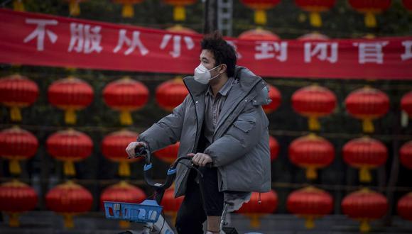 Según China Daily, otras cinco personas infectadas regresaron a China en los últimos días procedentes de Irán y del Reino Unido. (AFP)