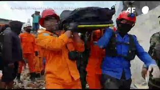 Rescatan  una decena de supervivientes tras sismo en Indonesia
