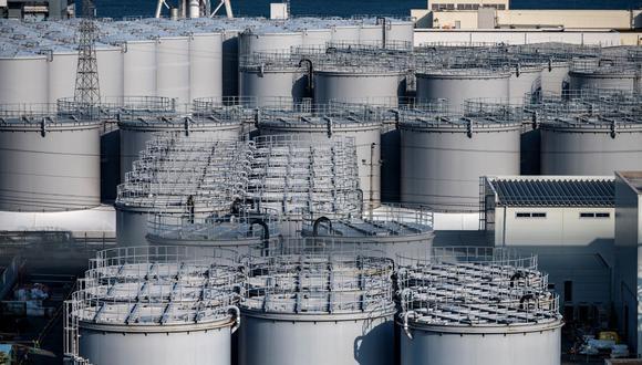 Esta fotografía tomada el 21 de febrero de 2021 muestra tanques de almacenamiento de agua contaminada en la planta de energía nuclear Fukushima Daiichi, en Japón. (Foto de Philip FONG / AFP).