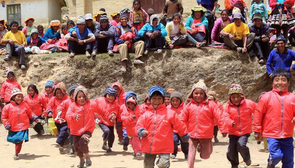 """Las """"casacas solidarias"""" con las que Hoseg abriga a los niños peruanos son de color rojo, inspiradas en la cochinilla, que ofrece esa pigmentación a sus ponchos y chullos. (Foto: Paul Vallejos/Archivo)"""