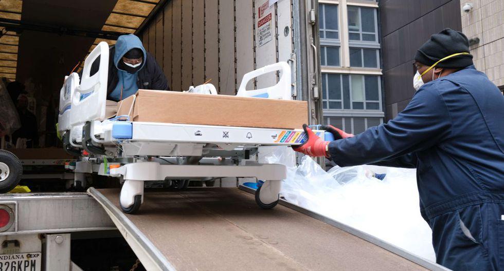Trabajadores ordenan camas médicas que han sido entregadas al Hospital Mount Sinai en Nueva York. (AFP/SPENCER PLATT).