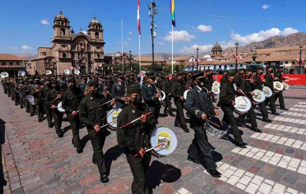 La plaza mayor del Cusco volvió a ser el escenario donde los integrantes de la 5ta. Brigada de Montaña del Ejército Peruano y la Policía Nacional, junto con las autoridades cusqueñas, participaron del paseo de la bandera nacional, así como del izamiento del pabellón nacional y la bandera del Cusco, y del desfile. Ello, después de que el año pasado se suspendiera por el COVID-19. En la imagen, la banda de músicos de la Policía Nacional durante su participación en el desfile. (Foto: Melissa Valdivia)