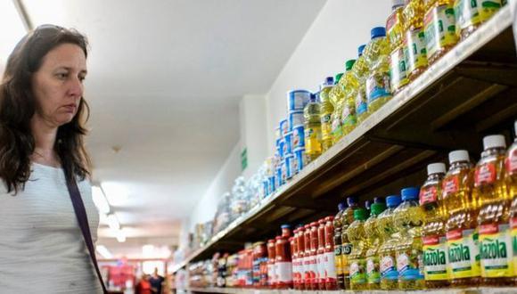 Los consumidores han notado en los últimos años cómo se reduce el tamaño de la presentación de los productos. (Getty Images)