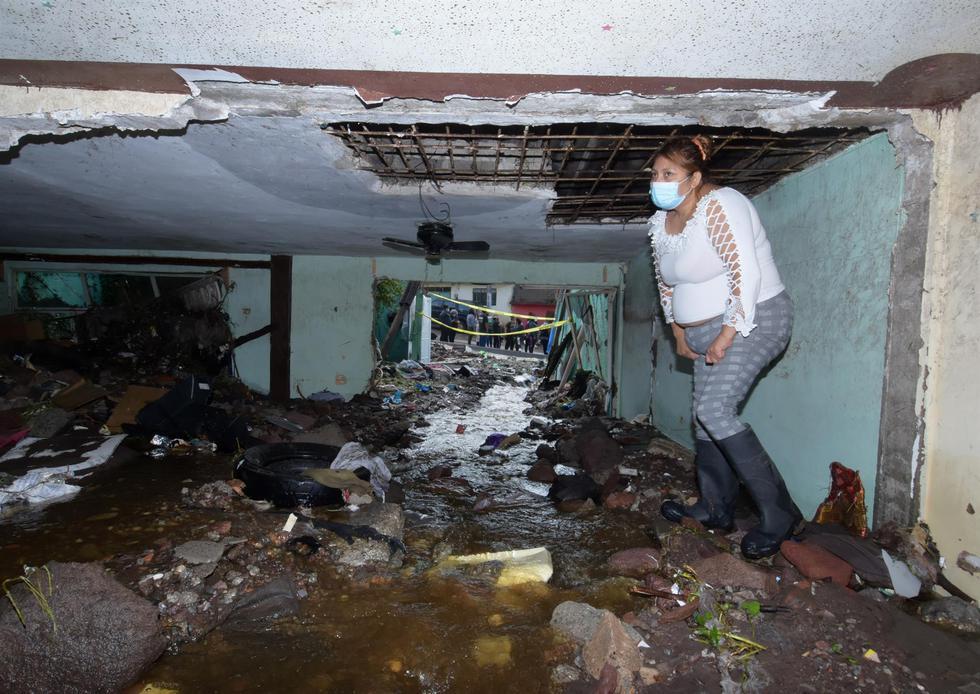 Una mujer muestra los daños en su vivienda, en una colonia del municipio de Ecatepec, en el Estado de México, tras el terremoto de magnitud 7,1 del martes. (EFE/Mario Guzmán).