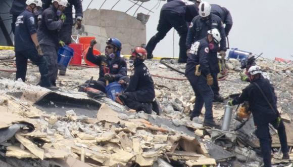Un incendio bajo los escombros dificulta las labores de rescate. (Foto: Getty Images).