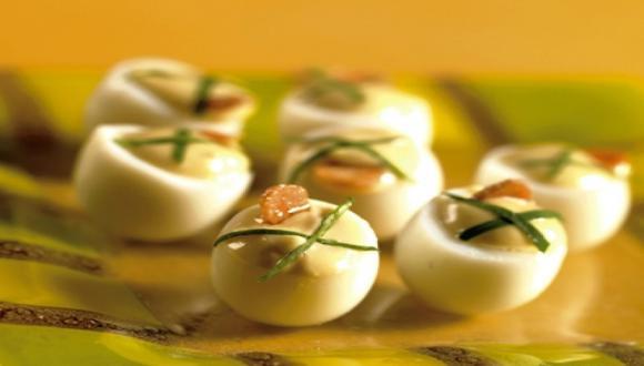 Huevitos de codorniz con crema de anchoas