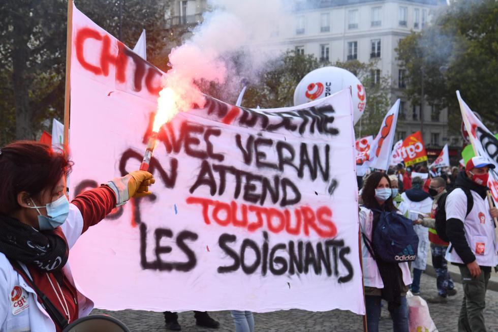 Miembros de la profesión de enfermería se manifiestan en medio de la pandemia de coronavirus tras una llamada de los sindicatos y grupos hospitalarios en la Place Vauban, en la capital francesa, París. (AFP / Alain JOCARD).