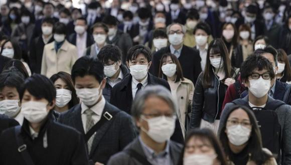 Coronavirus en Japón   Ultimas noticias   Último minuto: reporte de infectados y muertos miércoles 8 de abril del 2020   Covid-19   Los trabajadores de oficina que usan máscaras protectoras para evitar la infección por el coronavirus caminan a sus oficinas después de tomar trenes de cercanías superpoblados, en una estación de ferrocarril en el centro de Tokio