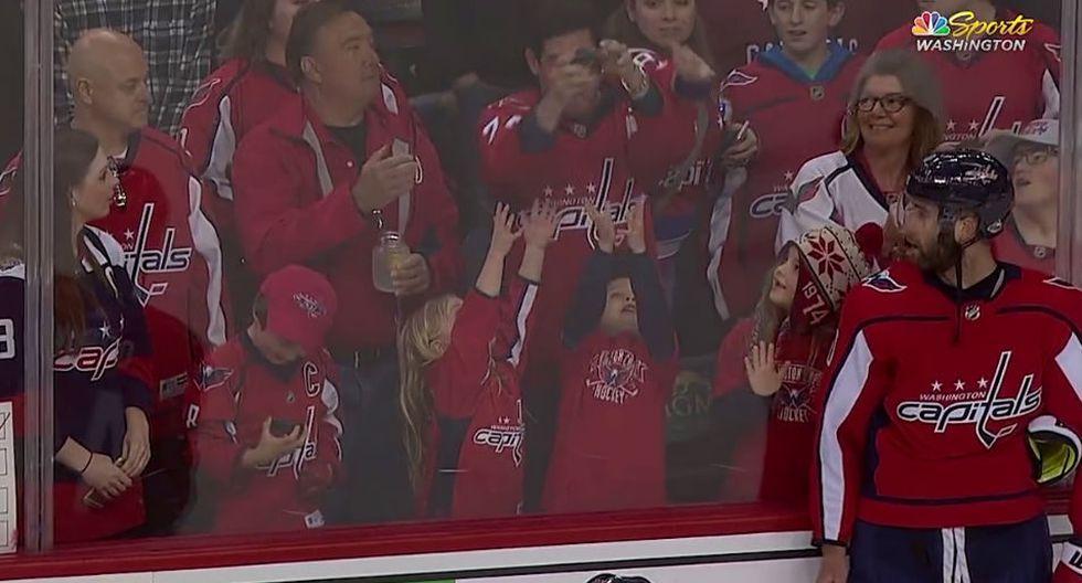 Jugador de hockey quiso tener un bonito gesto con una niña del público pero no salió como lo esperaba. (Fotos: NHL en YouTube)