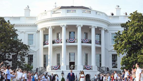 """El presidente de Estados Unidos, Donald Trump, y la primera dama Melania Trump llegan para el evento """"Salute to America""""  en honor al Día de la Independencia en el jardín sur de la Casa Blanca, el 4 de julio de 2020. (Foto de SAUL LOEB / AFP)."""
