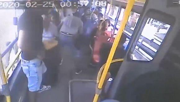 Una cámara del bus registró el asalto. (Foto: Captura/América Noticias)