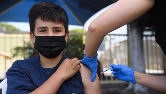 Un adolescente recibe la vacuna contra el COVID-19 en Los Angeles, California. (Foto: Patrick T. FALLON / AFP)
