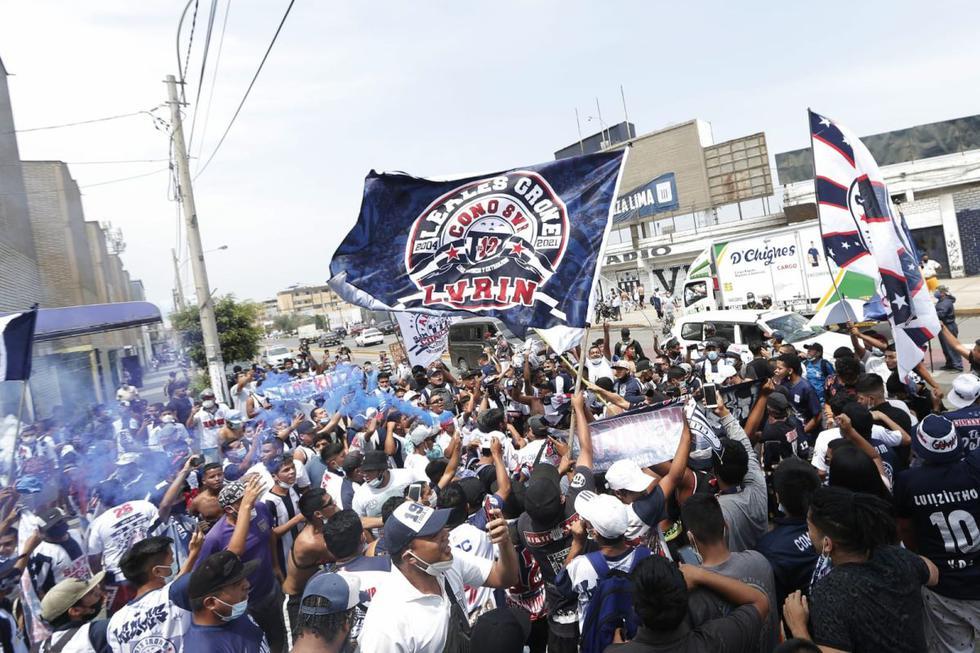 Hinchas blanquiazules llegaron en masa hasta los alrededores del estadio Alejandro Villanueva, en La Victoria, para realizar un banderazo en la previa del Alianza Lima vs. Cusco FC. (Foto: Andrés Paredes / GEC)