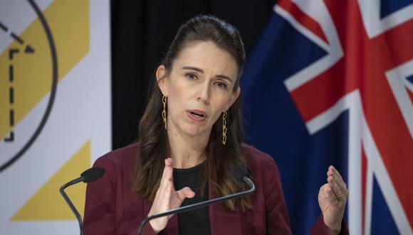 La primera ministra de Nueva Zelanda Jacinda Ardern, cuya gestión en la lucha contra el coronavirus covid-19 ha sido alabada en el mundo entero, dijo que se detectaron cuatro casos de origen desconocido en una misma familia en Auckland. (Photo by Mark Mitchell / POOL / AFP).